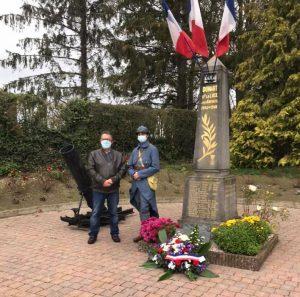 """M.Le Maire et Baptiste """"un jeune poilu"""" au pied du monument de la place du village."""